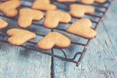 печенья формы сердца на голубой таблице вводят затрапезное instagram в моду Стоковая Фотография