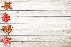 Печенья хлеба имбиря и орнаменты рождества на белых деревянных планках Стоковая Фотография RF