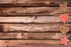 Печенья хлеба имбиря и орнаменты рождества на деревянной предпосылке планок Стоковое Фото