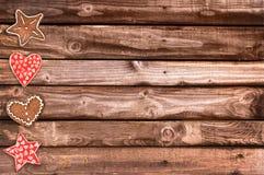 Печенья хлеба имбиря и орнаменты рождества на деревянных планках Стоковое Фото