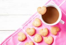 Печенья чашки кофе и сердца форменные на пинке Стоковые Фотографии RF
