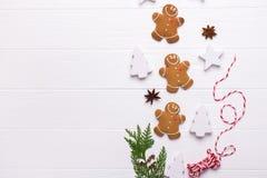 Печенья человека пряника рождества - взгляд сверху предпосылки праздника рождества и Нового Года Подготовка на праздники стоковые изображения rf
