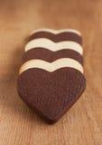 Печенья черно-белого сердца форменные Стоковые Изображения