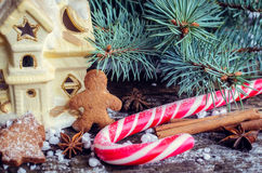 Печенья человека пряника рождества домодельные на деревянном столе Стоковые Фото