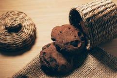 Печенья шоколада на таблице стоковые фотографии rf