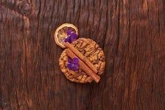 Печенья шоколада приближают к цветку на предпосылке дуба Здоровая концепция завтрака утра Минималистское положение квартиры еды в стоковое изображение