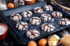 печенья 3 шоколада Печенья шоколада с ингридиентами вокруг Печь торт в сельской кухне - ингридиентах рецепта теста Стоковая Фотография RF