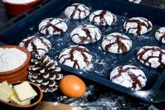 печенья 3 шоколада Печенья шоколада с ингридиентами вокруг Печь торт в сельской кухне - ингридиентах рецепта теста Стоковые Изображения
