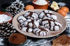 печенья 3 шоколада Печенья шоколада с ингридиентами вокруг Печь торт в сельской кухне - ингридиентах рецепта теста Стоковое Изображение RF