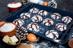 печенья 3 шоколада Печенья шоколада с ингридиентами вокруг Печь торт в сельской кухне - ингридиентах рецепта теста Стоковые Фотографии RF
