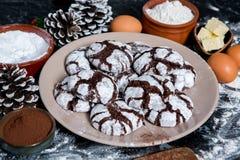 печенья 3 шоколада Печенья шоколада с ингридиентами вокруг Печь торт в сельской кухне - ингридиентах рецепта теста Стоковые Изображения RF