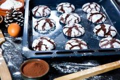 печенья 3 шоколада Печенья шоколада с ингридиентами вокруг Печь торт в сельской кухне - ингридиентах рецепта теста Стоковое Изображение