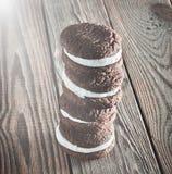Печенья шоколада с milky cream завалкой стоковые фото