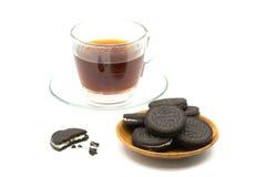 Печенья шоколада в деревянной плите с чашкой кофе Стоковые Фотографии RF