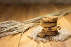 Печенья шоколада на мешке ткани на древесине Стоковое Изображение