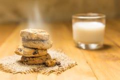 Печенья шоколада на мешке ткани на древесине Стоковые Фото