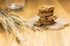 Печенья шоколада на мешке ткани на древесине Стоковые Фотографии RF