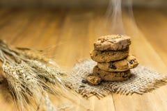 Печенья шоколада на мешке ткани на древесине Стоковое фото RF