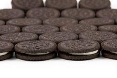 Печенья шоколада при сливк заполняя на белой предпосылке Стоковое Изображение RF