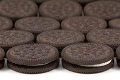 Печенья шоколада при сливк заполняя на белой предпосылке Стоковое Изображение