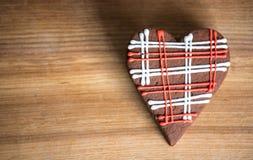 Печенья шоколада с красной и белой поливой Стоковое Фото
