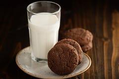 Печенья шоколада с стеклом молока Стоковое фото RF