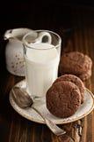 Печенья шоколада с стеклом молока Стоковое Фото