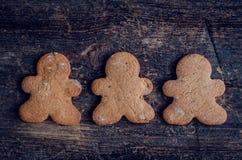 Печенья людей пряника рождества на деревянной предпосылке Стоковое фото RF