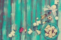 Печенья для рождества на блюде бирюзы тонизированное изображение Стоковые Изображения RF