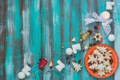 Печенья для рождества на свече горения красной плиты близко Стоковое фото RF