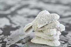 Печенья Coconat аранжированные в картине на свете текстурировали предпосылку, конец-вверх, малую глубину поля, селективного фокус Стоковые Изображения RF