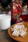 Печенья gingerbread рождества с стеклом молока Стоковые Изображения