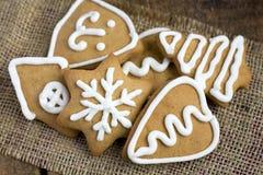 Печенья gingerbread формы сердца на sacking Стоковые Фотографии RF