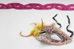 Печенья Hamantaschen или уши hamans, noisemaker и маска для праздника масленицы торжества Purim еврейских и предпосылки яркого бл Стоковые Фотографии RF
