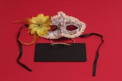 Печенья Hamantaschen или уши hamans, noisemaker и маска для праздника масленицы торжества Purim еврейских и предпосылки яркого бл Стоковое Изображение