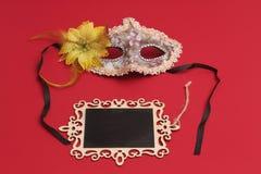 Печенья Hamantaschen или уши hamans, noisemaker и маска для праздника масленицы торжества Purim еврейских и предпосылки яркого бл Стоковая Фотография