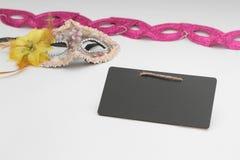 Печенья Hamantaschen или уши hamans, noisemaker и маска для праздника масленицы торжества Purim еврейских и предпосылки яркого бл Стоковые Фото