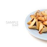 Печенья Hamantaschen на плите на белой предпосылке Стоковое фото RF