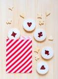 Печенья Linzer с вареньем вишни на таблице Стоковое Изображение