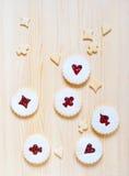 Печенья Linzer с вареньем вишни на таблице Стоковые Фотографии RF