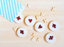 Печенья Linzer с вареньем вишни на таблице Стоковые Изображения RF
