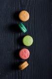 Печенья Macaroons в ряд Стоковое Фото
