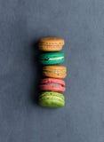 Печенья Macaroons в ряд Стоковое Изображение