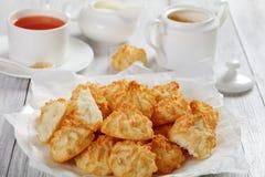 Печенья macaroons кокоса на белой плите Стоковые Фото