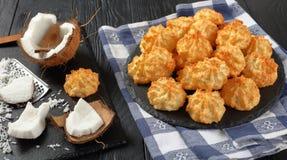 Печенья macaroons кокоса на плите Стоковое Изображение RF