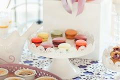Печенья Macaroons на белой стойке Стоковая Фотография