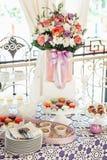 Печенья Macaroons на белой стойке Стоковые Изображения RF