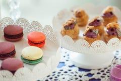 Печенья Macaroons на белой стойке Стоковое фото RF