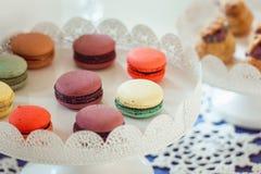 Печенья Macaroons на белой стойке Стоковые Изображения