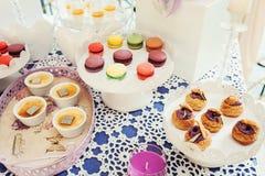 Печенья Macaroons на белой стойке Стоковые Фото